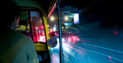 Ruch w Bombaju, to jak już wspomniałam, bezruch. Nieustanne korki, setki tysięcy samochodów i wszędobylskich riksz, których kierowcy wcisną się wszędzie, byle by tylko podjechać kolejny metr do przodu. Każda przejażdżka to przygoda, szczęśliwie do tej pory z samymi happy end'ami.