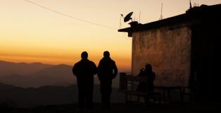 Jose, Keilash i Mishal cieszący oczy pierwszym himalajskim zachodem słońca.