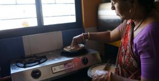 Mama Kuldipa szykująca chapati na lunch.