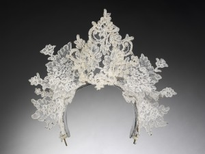 Antique_lace_tiara_by_Philip_Tracey_London_2008._Worn_by_Nina_Farnell-Watson_for_her_wedding_to_Edward_Tryon._Private_Collection_c_Victoria_and_Albert_Museum_London