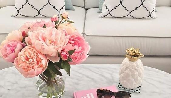 Jak stylowo udekorować mieszkanie kwiatami latem