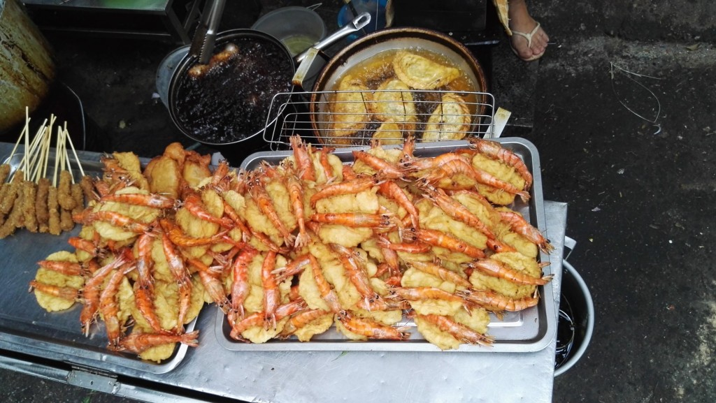 Krewetka w cieście po wietnamsku czyli bánh tôm. Tak naprawdę jest to smażony placek z batatów z krewetką. Macza się w sosie rybnym i oczywiście jak w większości dań dodaje dużo zieleniny.